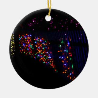 Ornement Rond En Céramique Lumières de vacances et rose de Noël