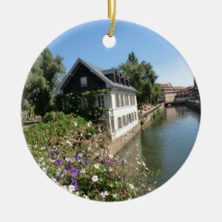 Ornement Rond En Céramique Maison pittoresque avec des fleurs et des canaux,