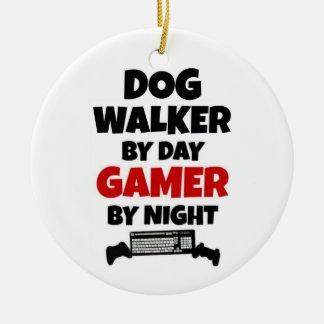 Ornement Rond En Céramique Marcheur de chien par le Gamer de jour par nuit