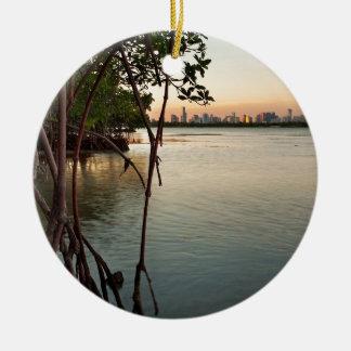 Ornement Rond En Céramique Miami et palétuviers au coucher du soleil
