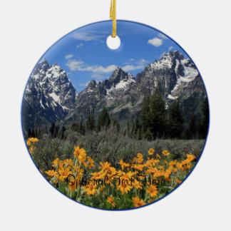 Ornement Rond En Céramique Montagnes grandes de Teton avec les fleurs jaunes