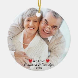 Ornement Rond En Céramique Nous aimons Noël de photo de grand-maman et de