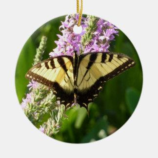 Ornement Rond En Céramique Papillon de machaon sur les fleurs sauvages