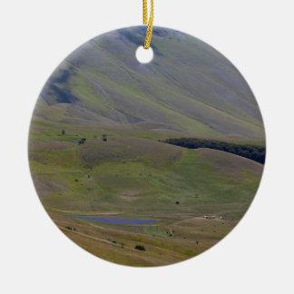 Ornement Rond En Céramique Paysage dans les montagnes de Sibillini en Italie