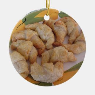 Ornement Rond En Céramique Petits croissants salés faits maison avec la