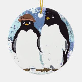 Ornement Rond En Céramique Pingouins vous et moi tenant l'essai du temps