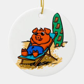 Ornement Rond En Céramique Porc prenant un bain de soleil sur la plage