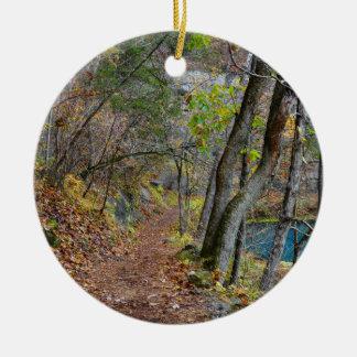 Ornement Rond En Céramique Promenade d'automne de moulin d'allée