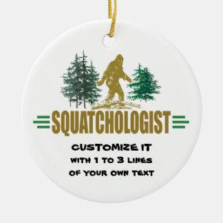 Ornement Rond En Céramique Squatchologist drôle, Sasquatch, je crois