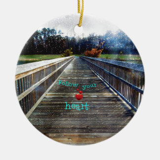 Ornement Rond En Céramique Suivez votre coeur à travers le pont dans la