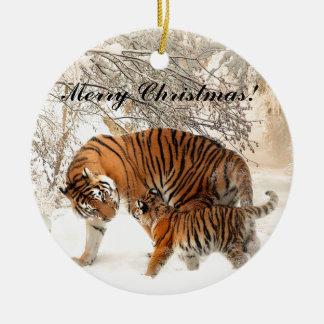Ornement Rond En Céramique Tigre de bébé et maman de tigre dans une forêt