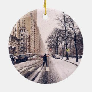 Ornement Rond En Céramique Un homme croisant un Central Park de Milou à