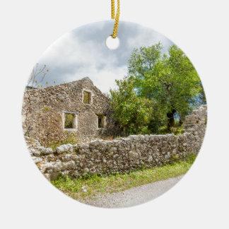 Ornement Rond En Céramique Vieille maison historique en tant que ruines le