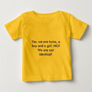 Oui, nous sommes des jumeaux, un garçon et une t-shirt pour bébé