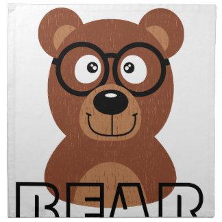 Ours avec des verres serviettes de table