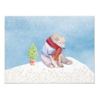 Ours blanc et arbre de Noël dans la neige Impression Photo