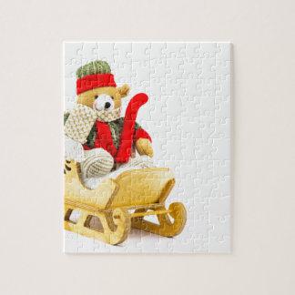 Ours de Noël dans le traîneau en bois sur le blanc Puzzle