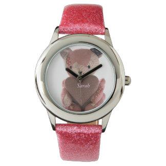 ours de nounours piqué avec la montre de coeur de