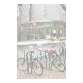 Papeterie bicyclettes en dehors d'un fleuriste à Strasbourg