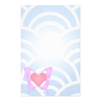 Papeterie Coeur rose et pourpre de papillon stationnaire