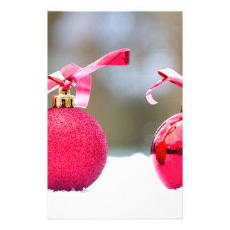 Papeterie Deux boules rouges de Noël dehors dans la neige