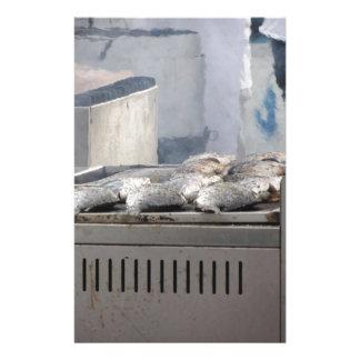 Papeterie Grillant des poissons dehors avec l'émergence de