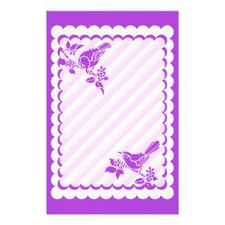 Papeterie Oiseaux mauve-clair avec les rayures diagonales