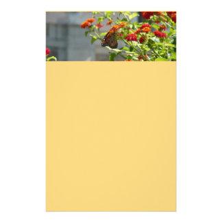 Papeterie Papillon de monarque sur le papillon Bush rouge