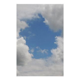 Papeterie Trou bleu circulaire dans les nuages