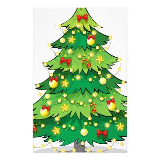 Papeterie Un arbre de Noël vert avec les lumières de