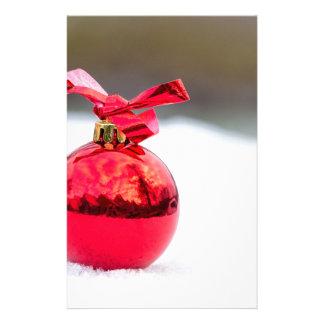 Papeterie Une boule rouge brillante de Noël dehors dans la