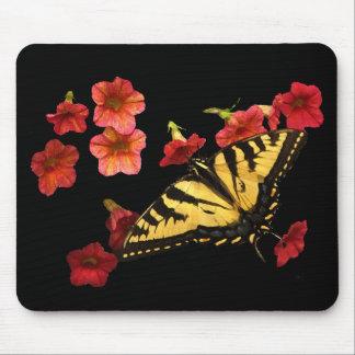 Papillon de machaon de tigre sur les fleurs rouges tapis de souris