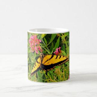 Papillon de monarque dans la tasse de café rose