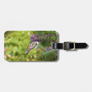 Papillon de monarque sur le papillon Bush pourpre Étiquette À Bagage