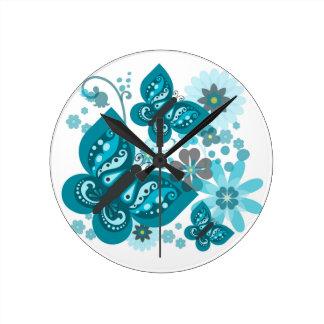 Papillons et horloge ronde de fleurs (bleue)