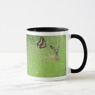 Papillons et tasse de faon de cerfs communs