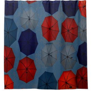 Parapluies de rouge bleu de rideau en douche