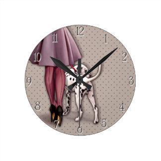 Parisienne et son dalmatien en promenade horloge ronde