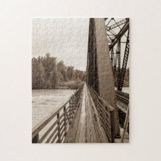 Passage couvert de pont en chemin de fer de puzzle
