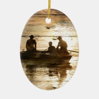 Pêche primitive de canoë de bateau de lac de pays ornement ovale en céramique