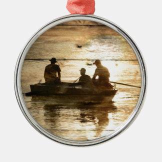 Pêche primitive de canoë de bateau de lac de pays ornement rond argenté