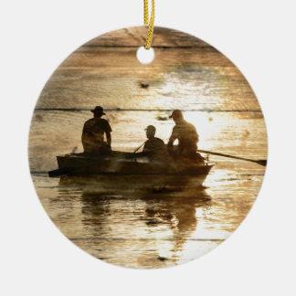 Pêche primitive de canoë de bateau de lac de pays ornement rond en céramique