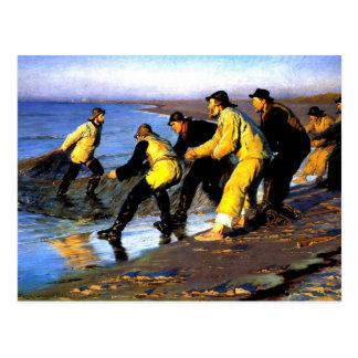 Pêcheurs transportant le filet sur la plage du carte postale