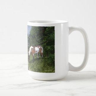 Peignez le cheval par la tasse de courant de forêt