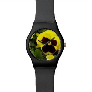 Pensées jaunes, montre de noir de dames