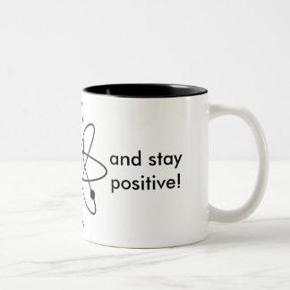 Pensez comme un proton et restez positif ! Tasse