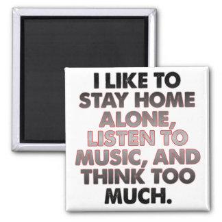 Pensez trop d'aimant introverti drôle de magnet carré