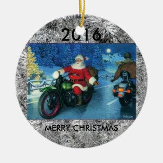 Père Noël montant un ornement d'arbre de Noël de