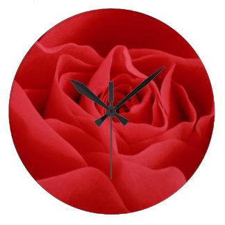 Pétales de rose rouges grande horloge ronde
