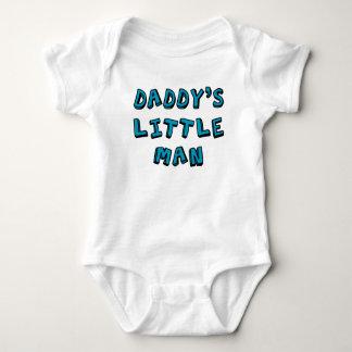 Petit bébé de l'homme du papa body